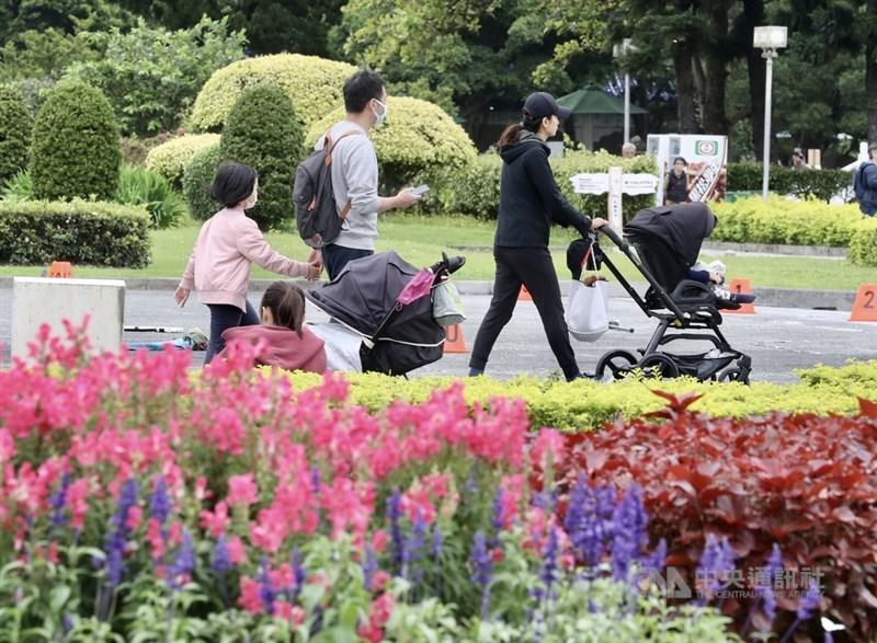 中央氣象局表示,10日受東北季風影響,白天北台灣偏涼。圖為民眾趁著週末假期帶孩子到戶外活動。中央社記者張皓安攝 110年4月10日