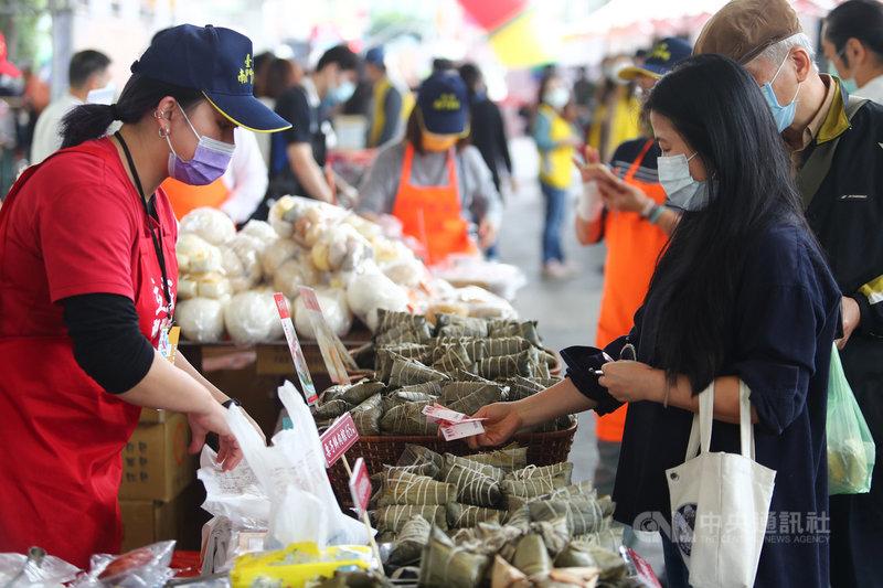 2021台北傳統市場節10日在圓山花博公園登場,現場集結許多傳統美食攤販,供民眾參觀選購。中央社記者王騰毅攝 110年4月10日