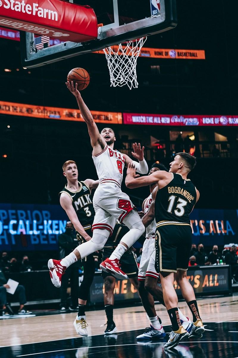 NBA芝加哥公牛一哥拉文(前中)出戰亞特蘭大老鷹,上半場狂砍39分,全場飆出50分。老鷹的楊恩攻下42分,率隊以120比108逆轉勝公牛。(圖取自facebook.com/chicagobulls)