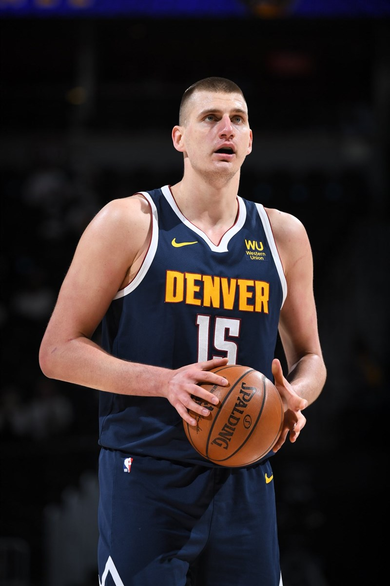 NBA丹佛金塊9日迎戰聖安東尼奧馬刺,丹佛得分主力約基奇得26分、14助攻與13籃板的大三元表現,率隊終場以121比119獲勝。(圖取自facebook.com/DenverNuggets)