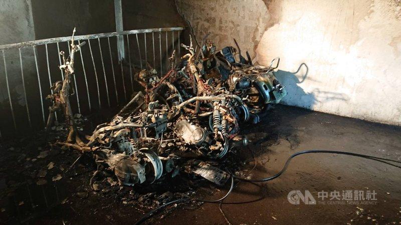 台中市西屯區一處住宅大樓10日發生火警,地下室停車場多輛機車起火,且延燒到樓上樓層,造成7人嗆傷送醫。(台中市消防局提供)中央社記者蘇木春傳真 110年4月10日