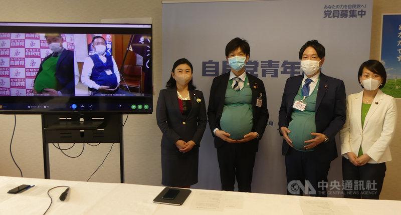 日本執政黨自由民主黨青年局長牧島Karen(左1)日前安排男性議員鈴木憲和(左2)、小倉將信(左3)穿著孕肚裝體驗孕婦的辛苦。(自由民主黨青年局提供)中央社記者楊明珠東京傳真 110年4月10日