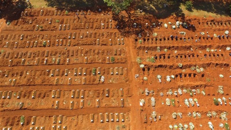根據巴西各州衛生廳數據,9日有3647人染疫死亡,8萬9090人確診。圖為聖保羅墓園。(安納杜魯新聞社)