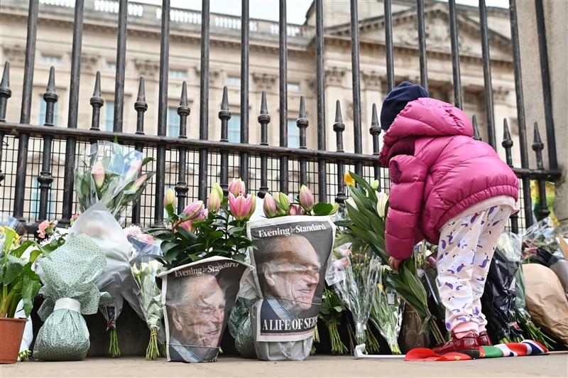 英國女王伊麗莎白二世的丈夫菲立普親王9日辭世後,大批民眾自發前往白金漢宮和溫莎城堡官邸悼念。(法新社)
