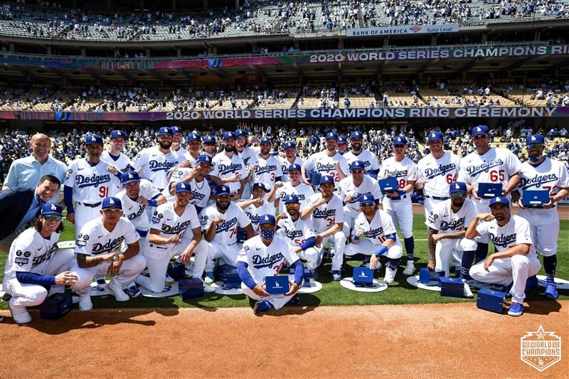 美國職棒大聯盟去年冠軍隊洛杉磯道奇本季首次主場比賽,賽前儀式為球員戴冠軍戒指。(圖取自twitter.com/Dodgers)