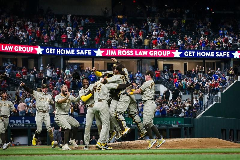 MLB 聖地牙哥教士隊先發投手馬斯葛羅夫9日對德州遊騎兵投出無安打比賽,率隊3比0贏球,也是教士隊史第一次有投手演出無安打比賽。(圖取自twitter.com/Padres)