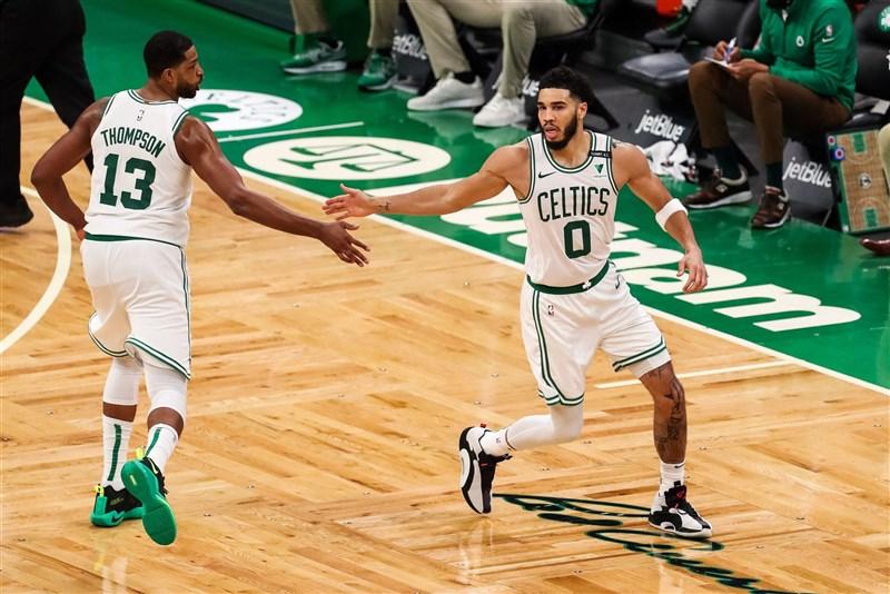 NBA波士頓塞爾蒂克前鋒塔特姆(右)10日轟下生涯新高的53分,率隊145比136擊敗明尼蘇達灰狼。(圖取自twitter.com/celticsblog)