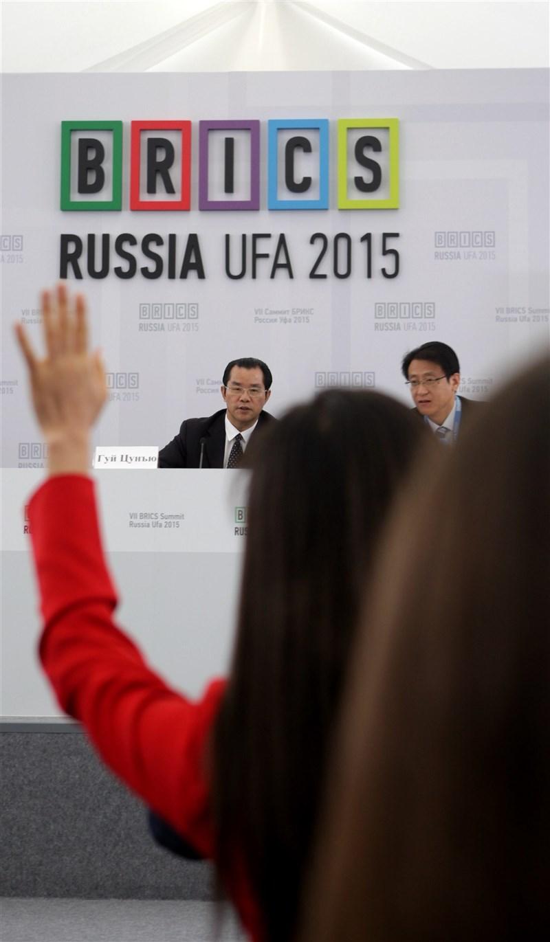 瑞典自由記者悠野因報導中國抵制H&M,再度遭中國大使館威脅。瑞典在野黨要求驅逐中國大使桂從友(左)。(中新社)