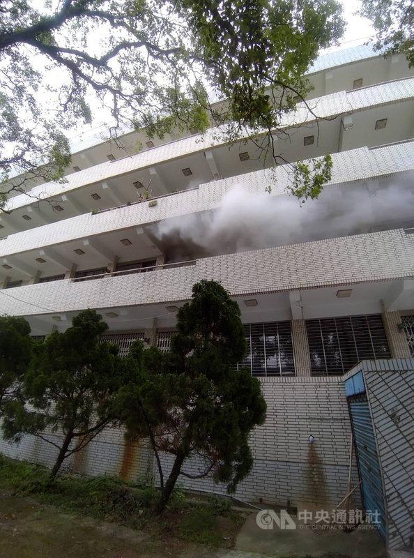 新竹高中化學實驗室10日發生火警,初步調查現場為不知名化學物品罐子起火,幸無人傷亡。(民眾提供)中央社記者魯鋼駿傳真  110年4月10日
