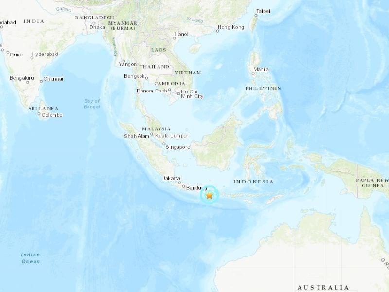 印尼爪哇島外海10日發生規模6.0地震,造成至少6人死亡,1人重傷。星號處為震央。(圖取自美國地質調查所網頁earthquake.usgs.gov)