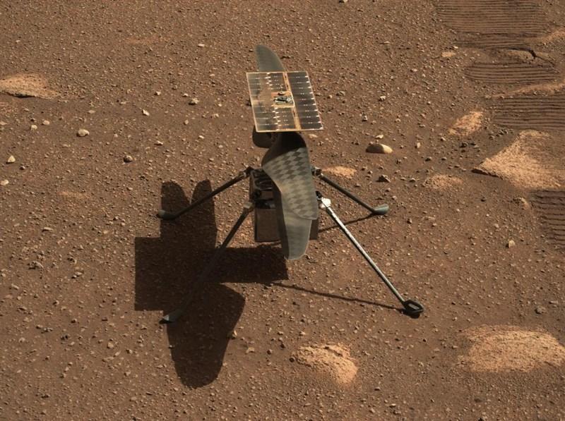 美國國家航空暨太空總署10日表示,測試期間發現潛在技術性問題,微型直升機在火星首次飛行將延後。(圖取自twitter.com/NASA)