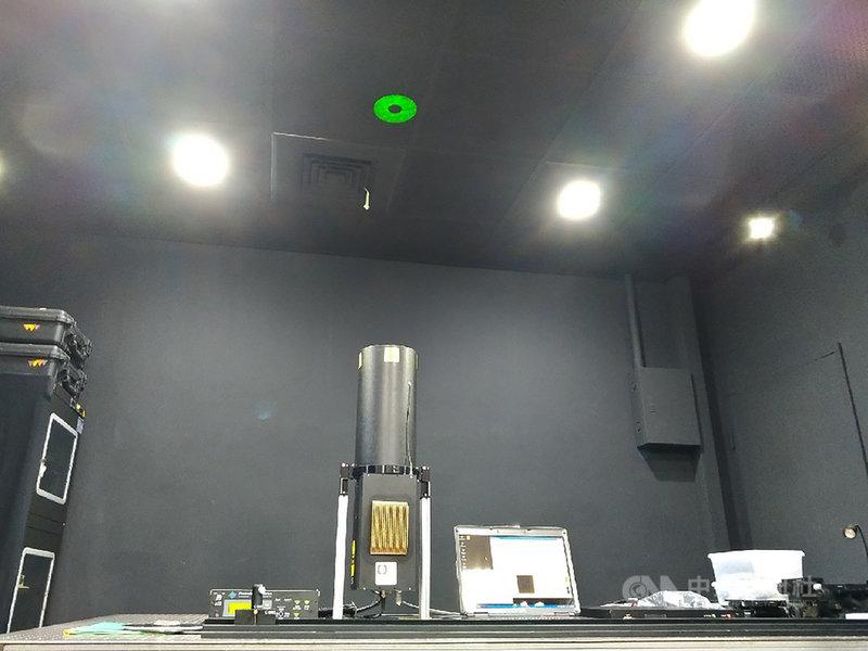 台灣在觀測混合層高度,已運用「微脈衝雷射雷達」(簡稱光達系統),光達系統全球共26座,台灣目前布設4座,而中央大學站經全球光達觀測網(Micro-Pulse Lidar Network,簡稱MPLNET)在2020年評為「亞洲指標站」,可協助亞洲其他國家光達系統進行校準。中央社記者張雄風攝 110年4月11日