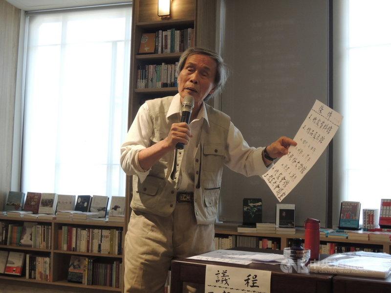 為推動「台灣文學國家園區」構想,真理大學台灣文學資料館前館長張良澤11日在台中市中央書局座談,向與會藝文界人士說明園區內容以尋求共識。中央社記者郝雪卿攝 110年4月11日
