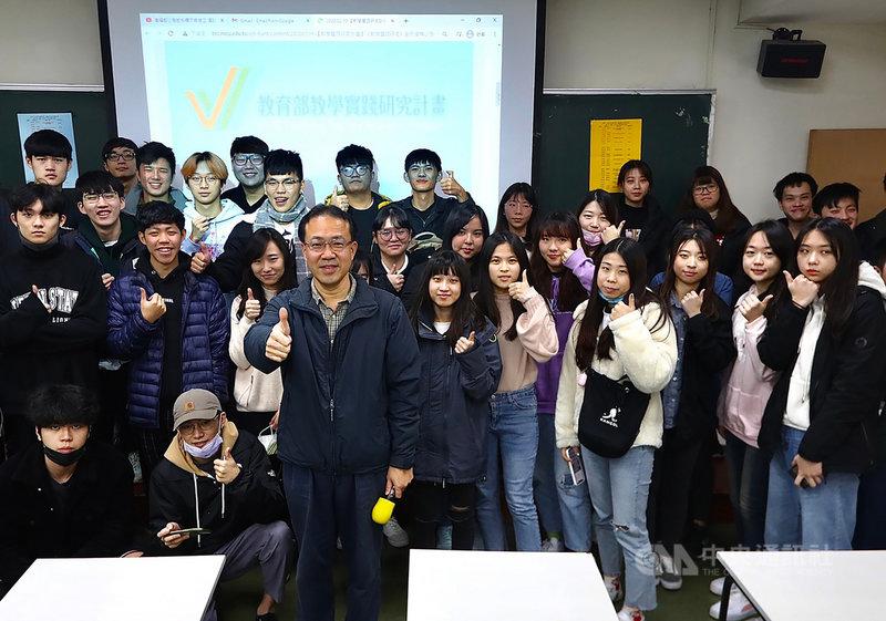 世新大學經濟系教授陳世能(前左3)開設「生活中的統計學」課程,與常用社群媒體、手搖飲料排名等日常結合,用生活驗證統計學的用途。(世新大學提供)中央社記者許秩維傳真 110年4月11日