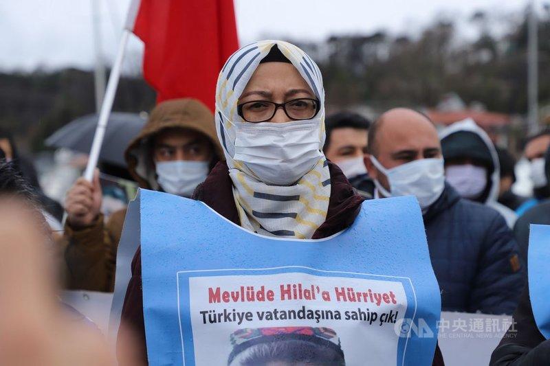 「集中營受難者家屬平台」發起人之一的美迪娜.納孜迷(圖)5日引領群眾在中國駐伊斯坦堡總領事館外示威,控訴中共無道。中央社記者何宏儒伊斯坦堡攝 110年4月11日