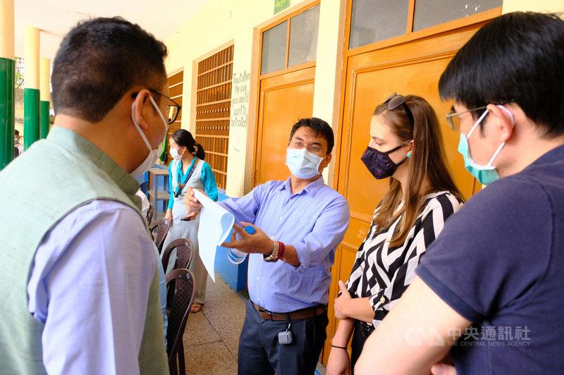 西藏流亡政府司政和議員選舉11日舉行第二輪投票,美國駐新德里大使館11日派政治事務官員(右二)到新德里西藏村投票所觀選,並聽取西藏流亡政府官員簡報。中央社記者康世人新德里攝  110年4月11日