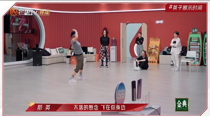新疆棉議題持續延燒,中國熱播的綜藝節目「乘風破浪的姐姐」近期將藝人鞋子的品牌標誌打上馬賽克。(取自芒果TV)中央社 110年4月11日