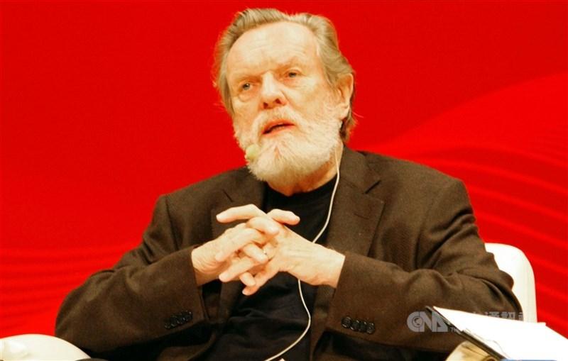 被譽為當代趨勢大師的美國作家約翰.奈思比8日在奧地利安詳辭世,享壽92歲。圖為他2009年11月來台演說。(中央社檔案照片)