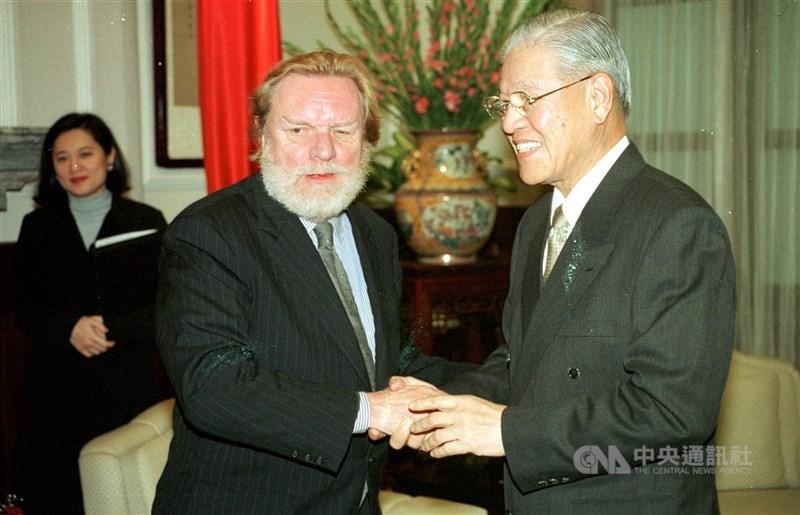 奈思比(前左)2000年1月曾來台與時任總統李登輝(前右)會面,就未來趨勢相互交換意見。(中央社檔案照片)