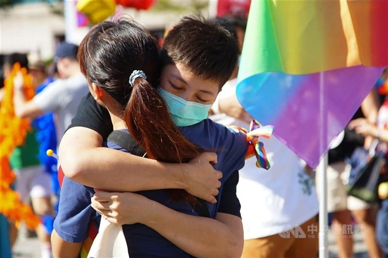 全國家長會長聯盟10日舉辦座談,與會者對性平議題討論熱烈,教育部學特司長吳林輝強調,性平教育是為消除歧視和刻板印象,不是要教孩子變成同志。圖為2020年台灣同志遊行。(中央社檔案照片)
