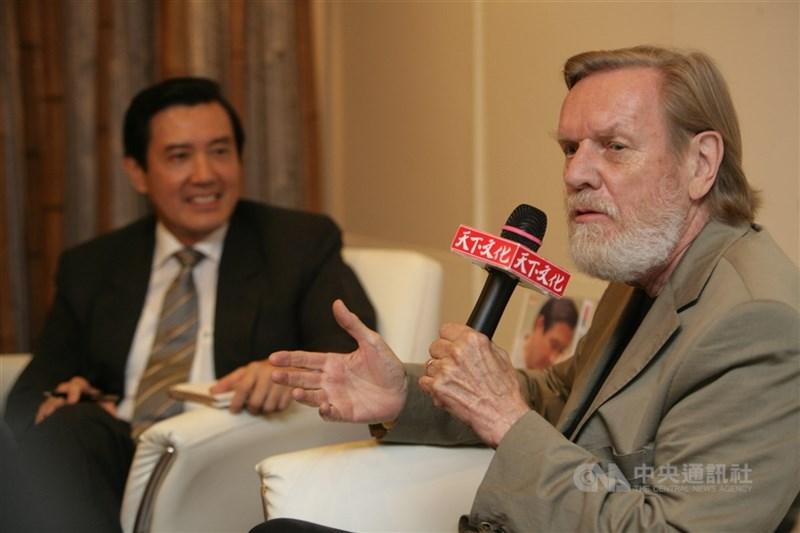 奈思比(右)2007年6月曾來台與時任國民黨總統參選人馬英九(左)對談,表示台灣必須要跟世界接軌,尋求與中國經濟整合,不需要與中國比政治角力。(中央社檔案照片)