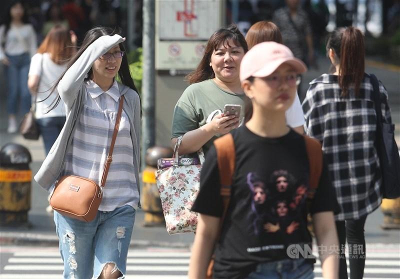 中央氣象局表示,11日東北季風減弱,北台灣溫度回升明顯,中南部高溫也達31度以上。(中央社檔案照片)