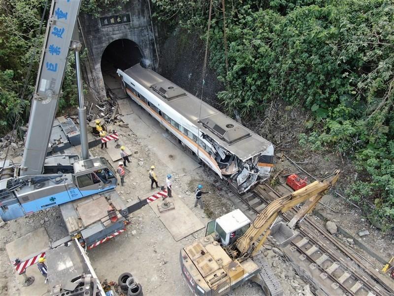 台鐵太魯閣號發生重大死傷事故,花蓮地檢署11日證實罹難者為49人。圖為6日工作人員將車廂從隧道中拉出。(中央社檔案照片)