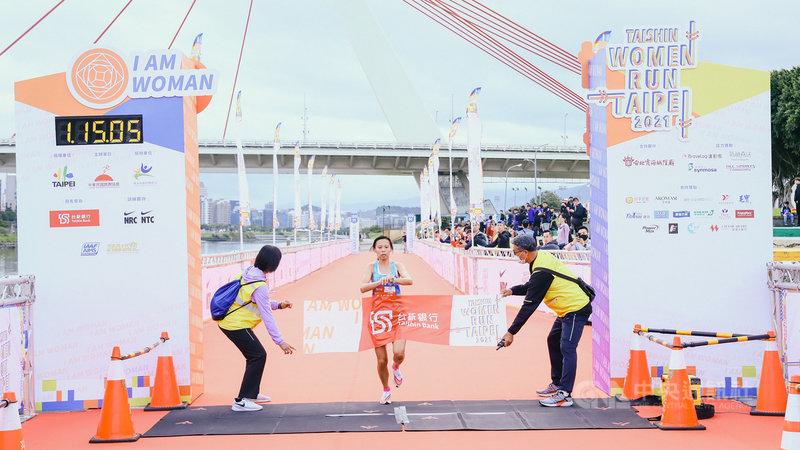 2021台新女子路跑11日在台北市政府市民廣場起跑,吸引近萬名女性跑者參賽,名將曹純玉(中)參加半馬個人組,以1小時15分6秒奪冠。(路跑協會提供)中央社記者黃巧雯傳真 110年4月11日