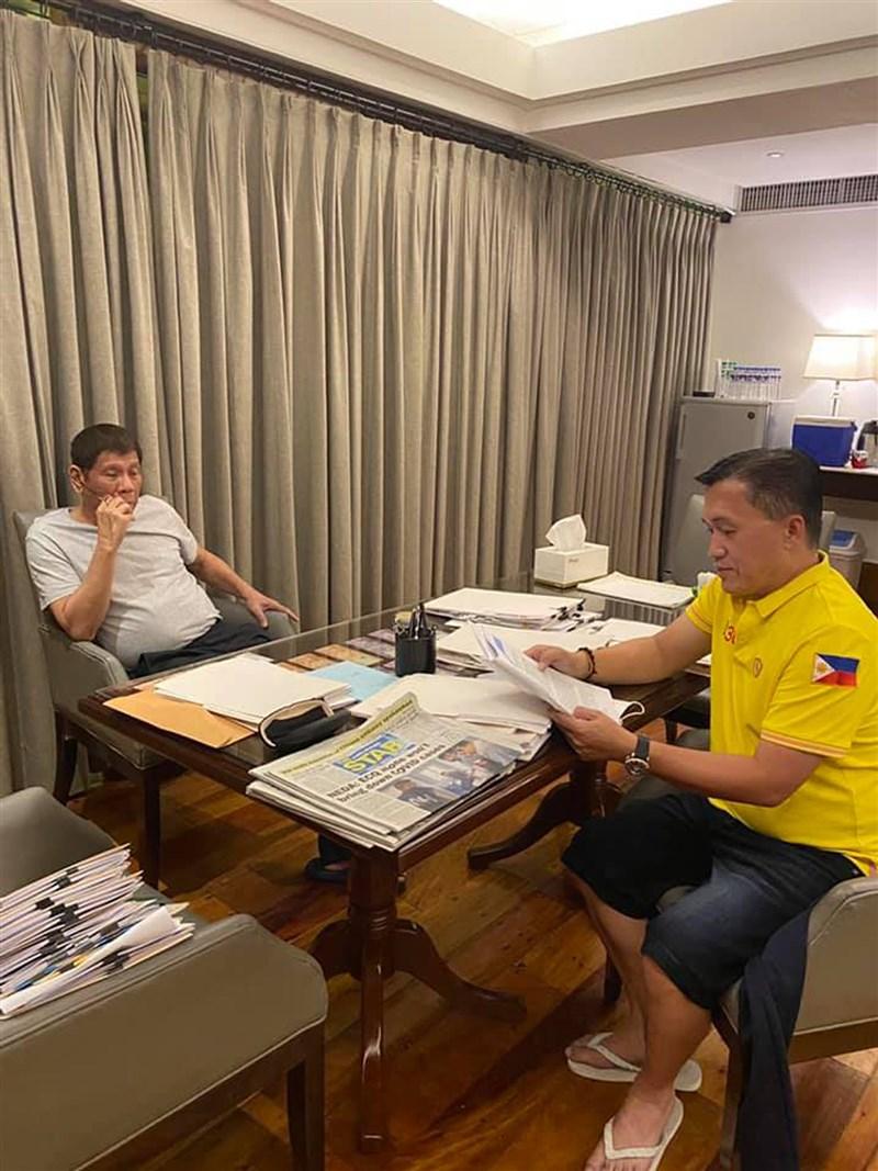菲律賓總統杜特蒂從3月29日以來一直未公開露面,健康狀況再度成為話題。杜特蒂親信4月11日分享杜特蒂(左)的照片和影片闢謠。(圖取自facebook.com/christopherbong.go)