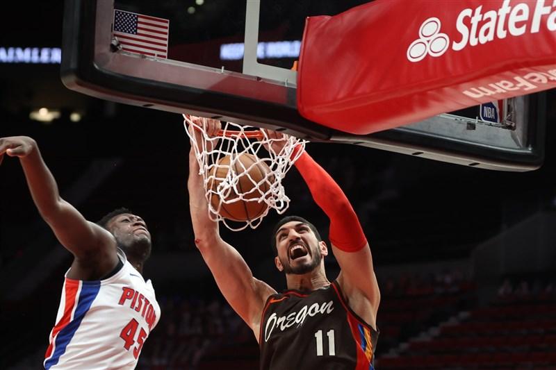 美國職籃NBA波特蘭拓荒者土耳其中鋒坎特(右)11日迎戰底特律活塞,繳出24分與生涯新高30籃板。(圖取自facebook.com/trailblazers)