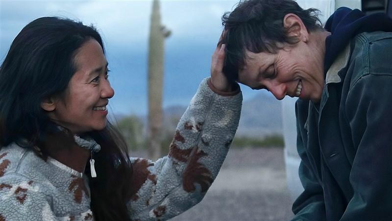 華人導演趙婷(左)10日以美國公路電影「游牧人生」獲頒奧斯卡風向球之一美國導演工會獎最佳導演獎。圖右為「游牧人生」女主角法蘭西絲麥朵曼。(圖取自twitter.com/nomadlandfilm)