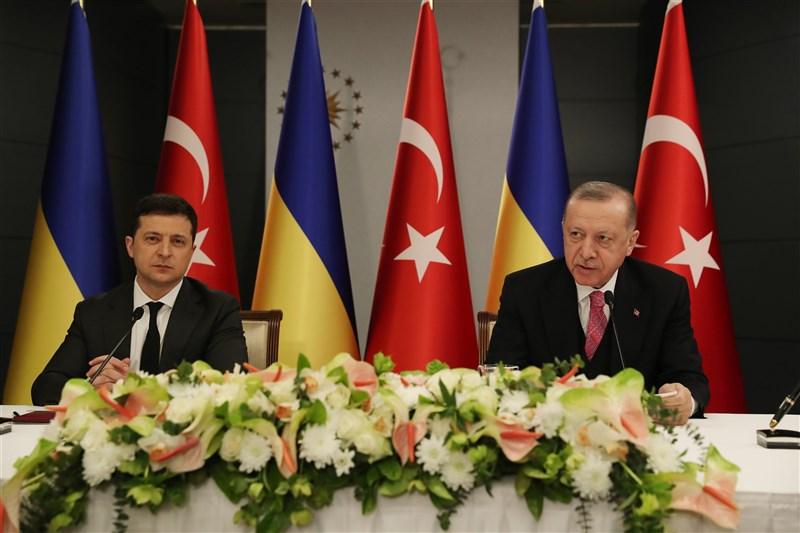 俄羅斯在烏東邊境集結兵力之際,烏克蘭總統澤倫斯基(左起)與土耳其總統艾爾段10日在伊斯坦堡舉行會談。(安納杜魯新聞社)