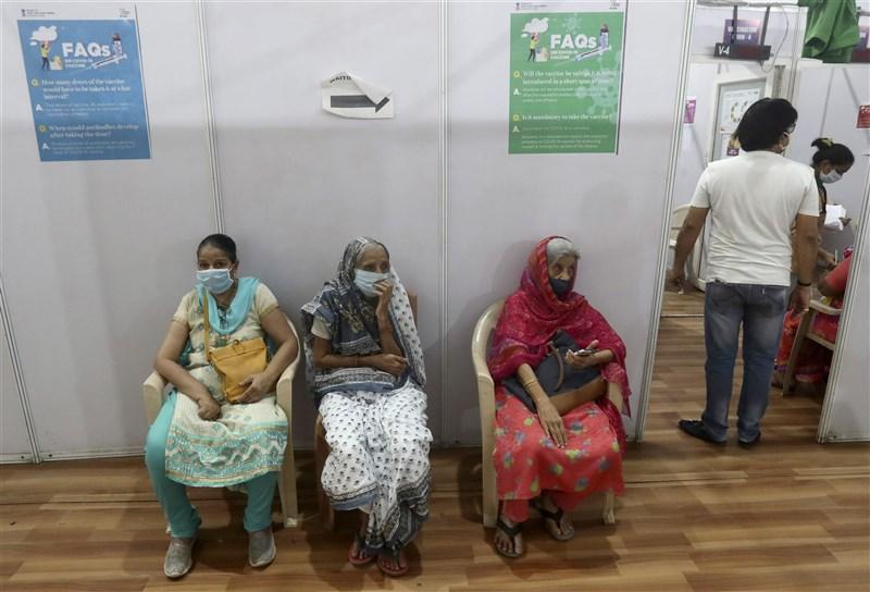 印度11日新增15萬2879起確診病例,再創單日新高,境內加緊接種疫苗對抗第2波疫情來襲。圖為民眾等待接種疫苗。(美聯社)
