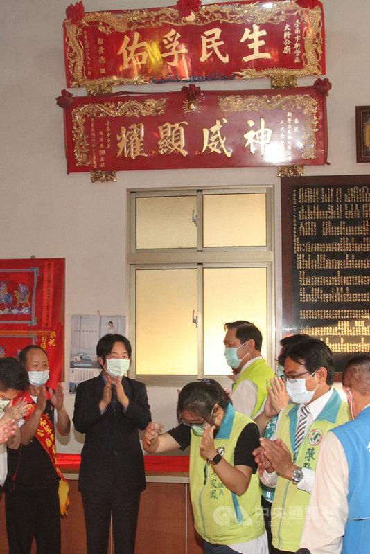副總統賴清德(左2)11日下午出席台南市新營大將公廟建廟355週年遶境活動,並贈匾「生民孚佑」。中央社記者楊思瑞攝 110年4月11日