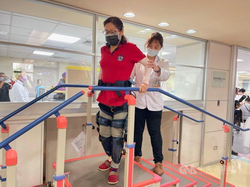 代工廠緯創旗下緯創醫學科技12日宣布攜手羅東博愛醫院,啟用智能復健機器人中心,其中外骨骼機器人可主動偵測穿戴者的關節動作變化,配合使用者的行動能力,在適當時機給予輔助。中央社記者吳家豪攝 110年4月12日