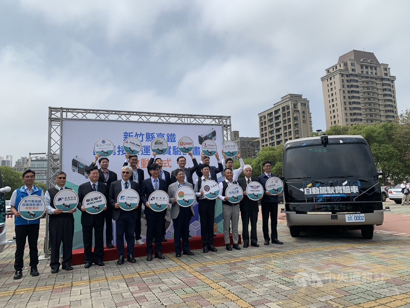 工研院與新竹縣政府12日宣布,15日啟動自駕電動巴士在竹北市區與新竹高鐵站之間接駁測試,測試初期在夜間時段進行,後期在日間運行,最後實際上路載客時間,仍需評估測試結果與試車牌申請狀況而定。中央社記者郭宣彣攝 110年4月12日