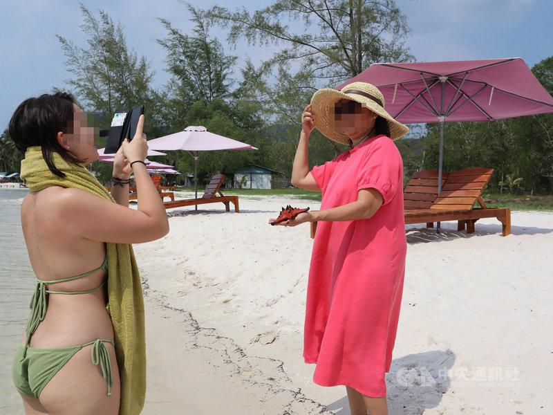 遊客在富國島Rach Vem漁村拿著海星合照。自然保育人士表示,當民眾觸摸海星,手上的細菌、防曬油及肥皂的化學物質會直接傷害到牠們的軟組織。中央社記者陳家倫富國島攝 110年4月12日