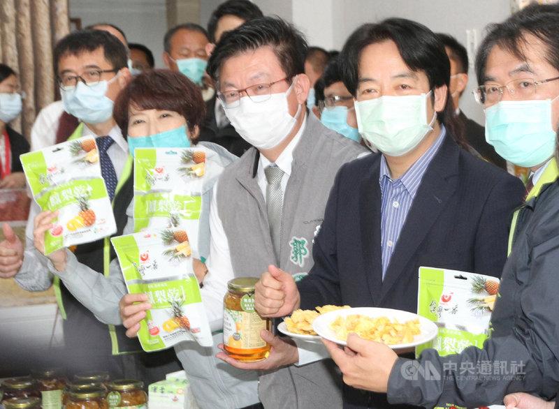 前美國國務卿蓬佩奧(Mike Pompeo)在推特貼出一張吃台灣鳳梨乾的照片,照片中那包鳳梨乾來自台南市官田區的果乾工廠,2月28日台南市長黃偉哲(右1)才陪同副總統賴清德(右2)前往參訪過。中央社記者楊思瑞攝  110年4月12日
