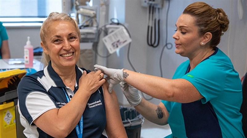 澳洲政府放棄在2021年底前為全國2600萬人口施打武漢肺炎疫苗的目標。圖為昆士蘭州一名醫護接種疫苗。(圖取自澳洲政府網頁www.gov.au)