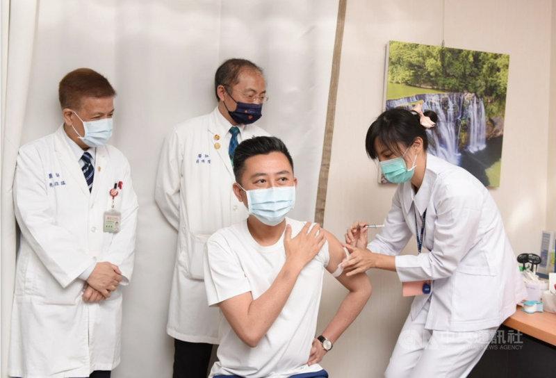 新竹市長林智堅(前中)12日到新竹馬偕醫院接種AZ疫苗時表示,「沒有什麼疼痛感」,鼓勵符合資格的民眾踴躍施打。中央社記者郭宣彣攝  110年4月12日