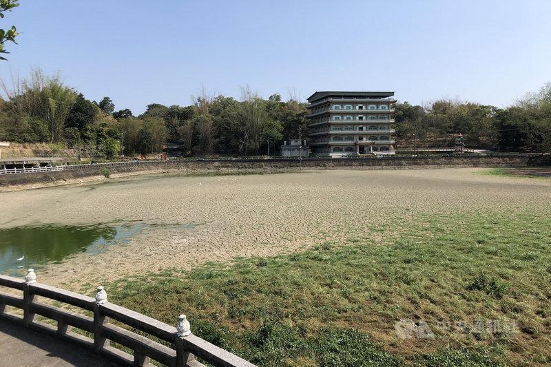 位於台南市六甲區的知名佛教勝地赤山龍湖巖,湖泊近日已接近乾涸,背山面水的美景暫時消失。中央社記者楊思瑞攝 110年4月12日