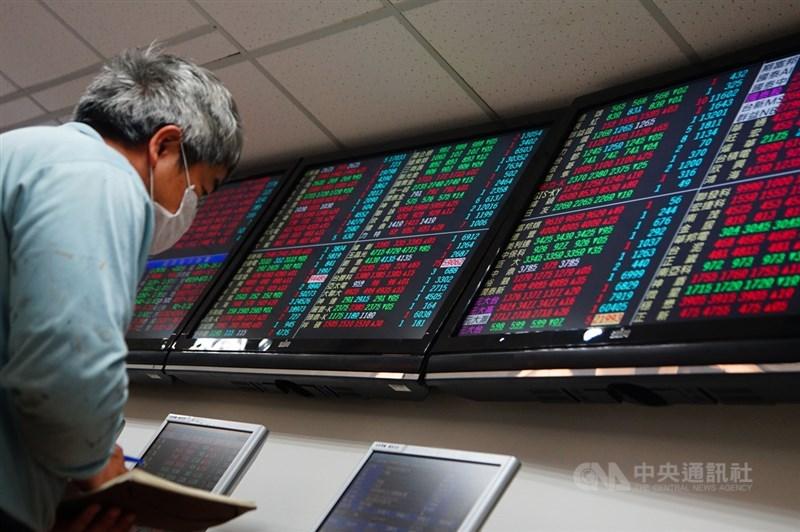 法人表示,台股12日仍有機會再攻上萬七衝歷史新高,但需留意獲利了結反壓。(中央社檔案照片)
