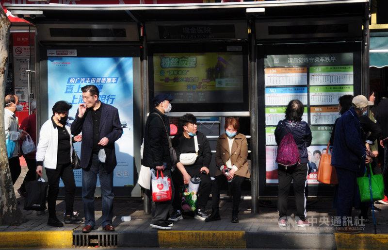 中國疾控中心免疫規劃首席專家王華慶11日在央視節目上說,民眾若不儘快接種COVID-19疫苗,免疫屏障永遠建立不起來,摘掉口罩的願望可能不會實現。圖為上海瑞金醫院外的公車站,一些民眾已經不戴口罩。中央社記者沈朋達上海攝  110年4月12日