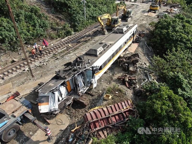 台鐵太魯閣號發生重大死傷事故,衛生福利部12日召開委員會討論款項用途。圖為6日從隧道內拖出的車廂。(中央社檔案照片)