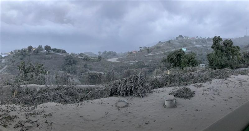 西印度群島大學地震研究中心地質學家羅伯森在推特發文表示:「美麗的聖文森地景籠罩在索夫瑞火山夜間爆發及噴出的火山灰中。」(圖取自twitter.com/VincieRichie)