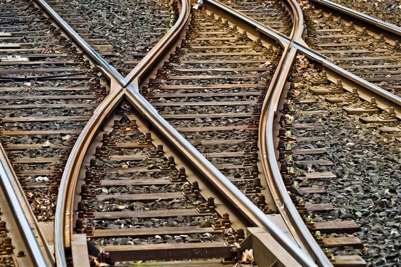 曾任台鐵臨時工的李姓男子去年在二水火車站軌道轉轍器放雨傘及石頭,可能導致火車出軌,法院依妨害舟車行駛安全罪判李男3年4月。(示意圖/圖取自Pixabay圖庫)