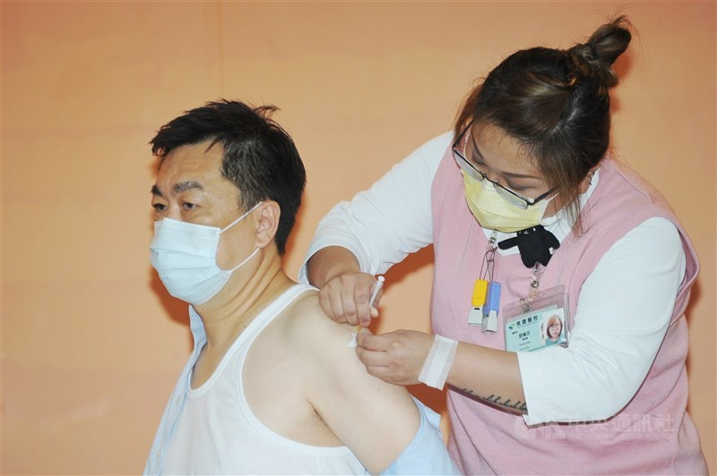 AZ疫苗12日擴大接種,中央流行疫情指揮中心副指揮官陳宗彥(左)上午在衛福部桃園醫院帶頭施打疫苗。中央社記者施宗暉攝 110年4月12日