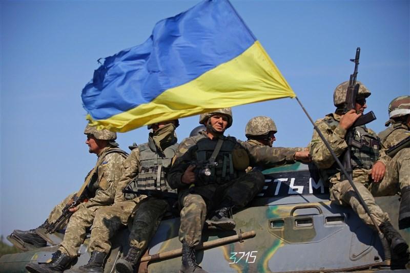俄羅斯17日表示將驅逐一名烏克蘭外交官,基輔當局立即誓言採取類似報復,因俄軍在兩國邊界附近部署重兵導致的緊張對峙進一步升高。圖為烏克蘭士兵。(圖取自twitter.com/DefenceU)
