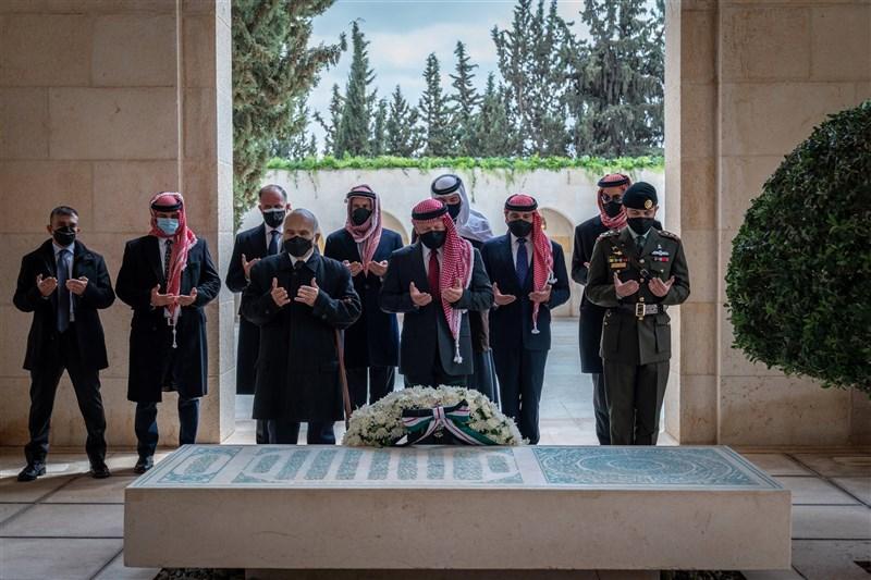 約旦王室推特帳號上傳一張團體照,圖說寫著「阿布杜拉二世國王、胡笙王儲(Al Hussein)與韓沙親王…共同造訪已故國王阿布杜拉一世之墓」。(圖取自twitter.com/RHCJO)