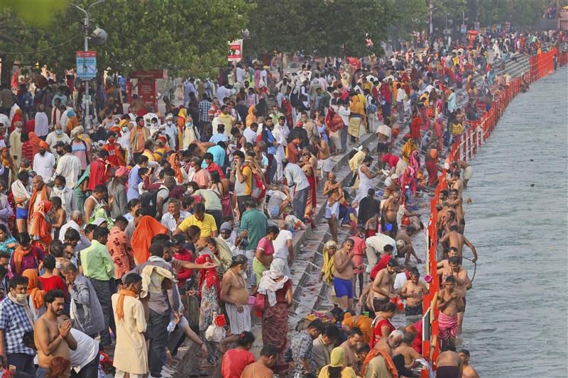 印度創下單日新增逾16.8萬人染疫的紀錄,專家先前已警告,政治造勢、宗教慶典等活動人潮洶湧且大多數都沒有配戴口罩,推波助瀾了這一波新疫情。圖為12日印度教信徒聚集在聖城哈里德瓦恆河河畔慶祝「大壺節」。(美聯社)